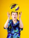 Affektiver Teenager, der mit Ball spielt Stockfotografie
