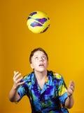 Affektiver Teenager, der mit Ball spielt Stockbild