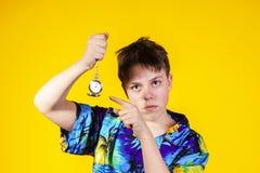 Affektiver Teenager mit der Uhr, die Zeit zeigt Lizenzfreie Stockfotografie