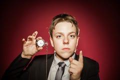 Affektiver Teenager mit der Uhr, die Zeit zeigt Lizenzfreies Stockfoto
