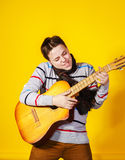 Affektiver Teenager mit Gitarre Abbildung der elektrischen Gitarre Lizenzfreies Stockfoto