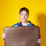 Affektiver Teenager mit Retro- Koffer Lizenzfreie Stockbilder
