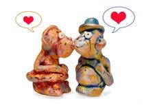 Affen vom Lehmtonwarenküssen Zu küssen Mann und Frau ungefähr Lizenzfreie Stockfotos