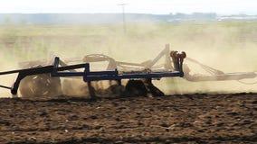 affermage Le tracteur laboure la terre banque de vidéos