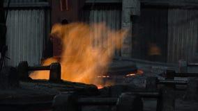 Afferrare la combustione carente nel fuoco del pezzo in lavorazione 6 stock footage
