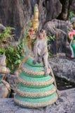 Affesitze auf der Statue Lizenzfreie Stockfotografie