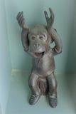 Affeskulptur mit lächelndem Gesicht Lizenzfreie Stockfotografie