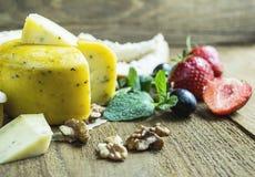 Affetta il formaggio nella cucina Immagini Stock