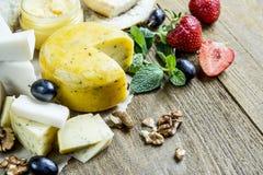 Affetta il formaggio nella cucina Fotografia Stock Libera da Diritti