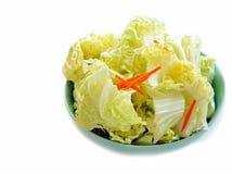 Affettando cavolo cinese ed affettare carota Immagine Stock Libera da Diritti