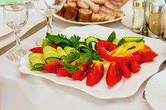 Affettando dalle verdure crude su una tavola festiva nel ristorante immagine stock libera da diritti