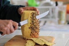 Affettando e pulendo un ananas fresco Immagine Stock Libera da Diritti