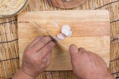 Affettare cipolla rossa su vasto di legno fotografia stock