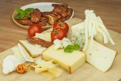 Affettare formaggio, preparante per il ricevimento all'aperto domestico Alimenti a rapida preparazione da wine e birra Canape del Fotografie Stock Libere da Diritti