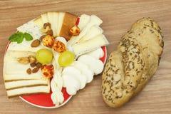 Affettare formaggio, preparante per il ricevimento all'aperto domestico Alimenti a rapida preparazione da wine e birra Canape del Immagini Stock Libere da Diritti