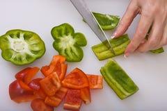 Affettare i peperoni dolci Fotografie Stock Libere da Diritti