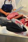 Affettare la carne del tonno Immagini Stock Libere da Diritti