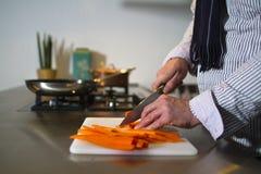 Affettare le carote Immagini Stock