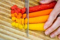 Affettare le carote fotografia stock
