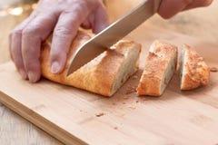 Affettare pane crostoso. Fotografia Stock Libera da Diritti