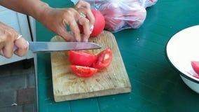 Affettare pomodoro sul bordo tagliato video d archivio