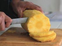 Affettare un ananas fresco Immagini Stock Libere da Diritti