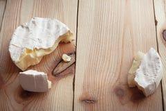 Affettato intorno al formaggio del camembert sull'le plance di legno Fotografia Stock Libera da Diritti