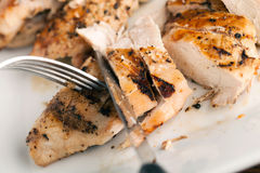 Affettatura del pollo arrostito Fotografie Stock Libere da Diritti