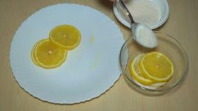 Affettatura dello spezzettamento del limone stock footage