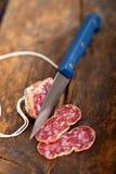 Affettatura urgente pressato italiano del salame Fotografia Stock Libera da Diritti