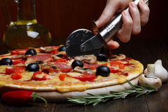 Affetti il taglio della pizza immagine stock