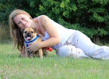Affetto del cane e del proprietario del carlino Immagini Stock Libere da Diritti
