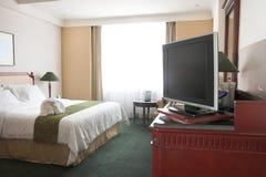 Affichage à cristaux liquides TV dans la chambre d'hôtel photographie stock libre de droits