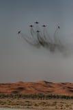 Affichage acrobatique aérien au-dessus du désert Photos stock
