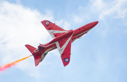 Affichage acrobatique aérien de Royal Air Force de flèches rouges au-dessus de baie de Tallinn à 23 06 2014 Photos libres de droits