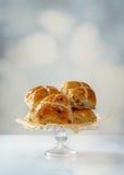 Affichage chaud de petits pains croisés Photographie stock