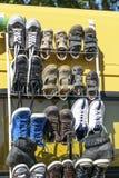 Affichage, chaussures en cuir de garçon d'occasion par paires pour la revente Photographie stock libre de droits