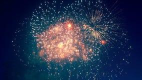 Affichage coloré de feux d'artifice dans le ciel banque de vidéos