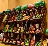 Affichage coloré de fruit à un marché photo libre de droits