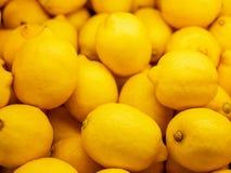 Affichage coloré de plan rapproché des citrons sur le marché Fond Photo stock