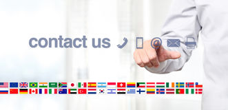 Affichage d'écran tactile de main avec le texte global de concept de contactez-nous, f Photo libre de droits