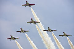 Affichage d'équipe de vols acrobatiques à l'airshow Photo stock