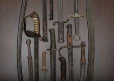 Affichage d'armurerie des épées et des poignards historiques Photographie stock