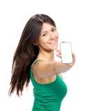 Affichage d'exposition de jeune femme de téléphone portable mobile avec l'écran noir Photographie stock