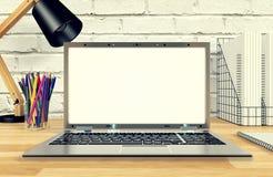 Affichage d'ordinateur portable pour la moquerie sur la table de fonctionnement Images stock