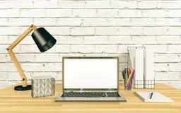 Affichage d'ordinateur portable pour la moquerie sur la table de fonctionnement Image libre de droits