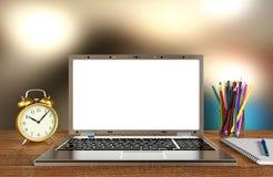 Affichage d'ordinateur portable pour la moquerie sur la table de fonctionnement avec le fond de tache floue Images stock