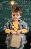 Affichage d'un livre Le petit garçon apprennent la lecture à l'école Leçon anglaise de lecture J'aime lire Les livres sont pleins Images libres de droits