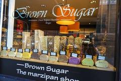 Affichage d'une boutique de massepain à Bruges, Belgique Image stock
