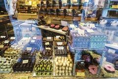 Affichage d'une boutique de sucrerie à Bruges, Belgique Photographie stock libre de droits